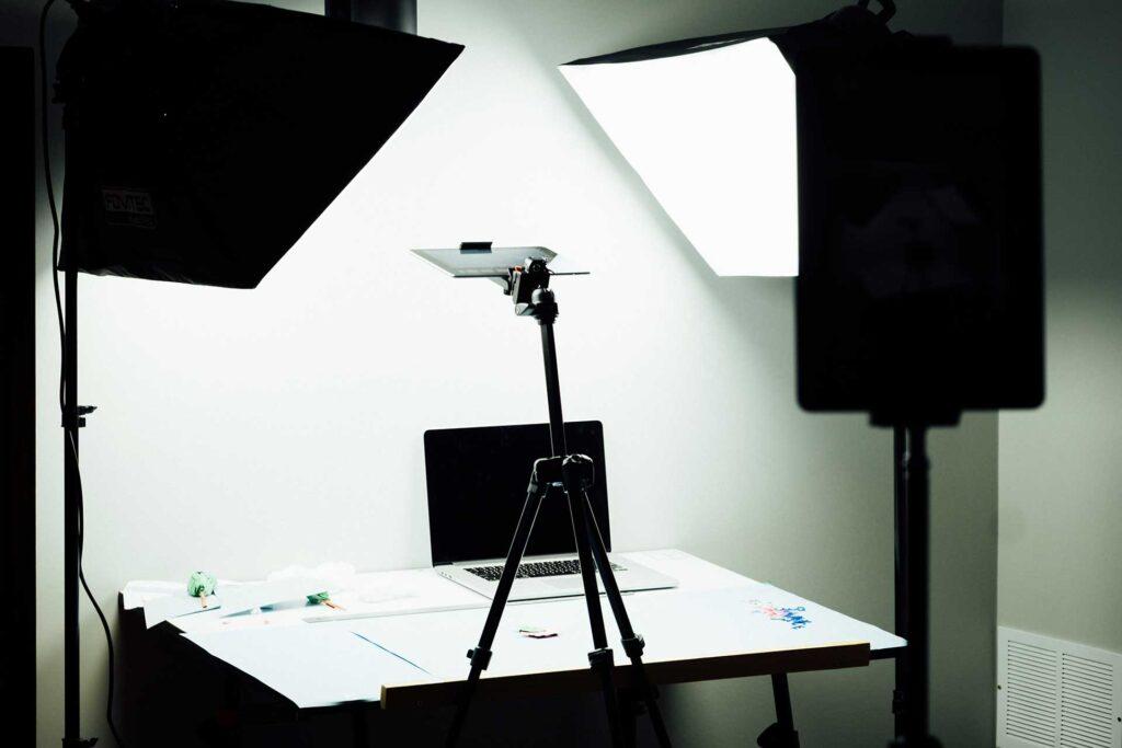 Varias lámparas sobre un escritorio, para considerar en el equipo de vlogging